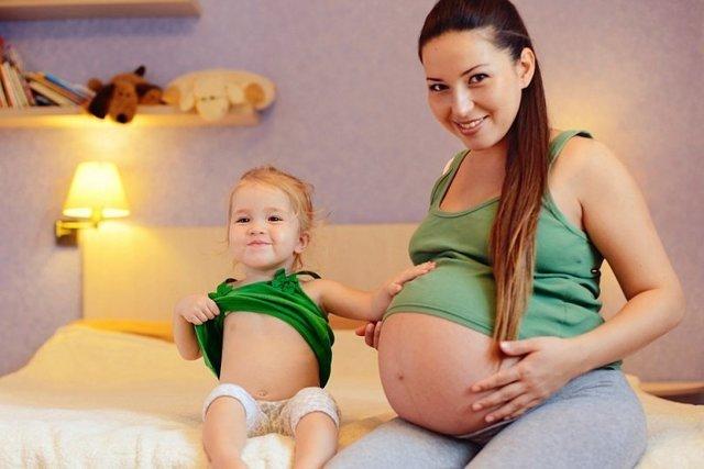 Через сколько времени после родов можно снова забеременеть, если месячных нет или женщина кормит грудью ребенка?