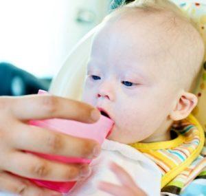 Как научить ребенка самостоятельно пить из поильника, чашки и трубочки: осваиваем новые умения