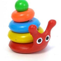 В каком возрасте малыш начинает собирать пирамидку, и как научить ребенка складывать игрушку быстро и правильно?