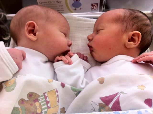 Как одновременно кормить двойню: 4 лучших позы для кормления новорожденных грудью