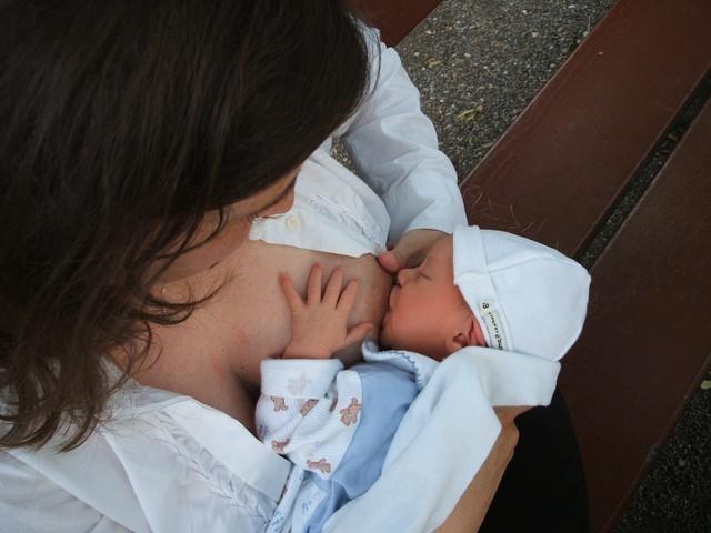 Как часто нужно кормить новорожденного грудным молоком и смесью, сколько времени длится кормление ребенка?