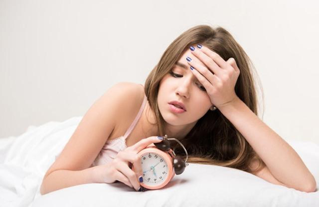 Почему перед месячными бывают сильные головные боли и тошнота: причины, лечение, профилактика