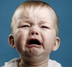 Грудной ребенок постоянно чешет уши и голову, трет затылок - почему это происходит?