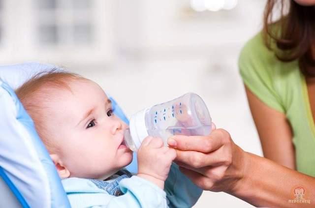 Почему новорожденный ребенок извивается и плачет во время кормления: причины и способы помощи грудничку