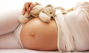 Почему ребенок в животе может перестать шевелиться или делать это очень мало, когда стоит бить тревогу?