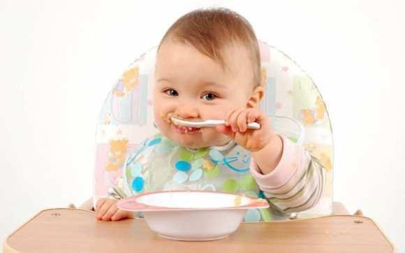 Когда можно вводить в рацион ребенка молочные каши: особенности прикорма грудничка до года и позже