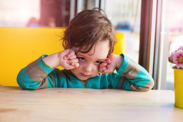 Почему ребенок стал моргать глазами и часто щуриться: причины и лечение