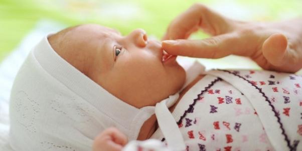 Причины появления мозоли на верхней губе у новорожденного ребенка и грудничка