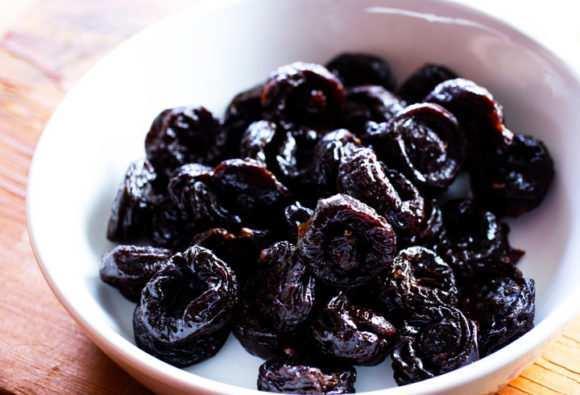 Введение чернослива в рацион грудничка: готовим компот и отвар от запора, а также пюре для прикорма