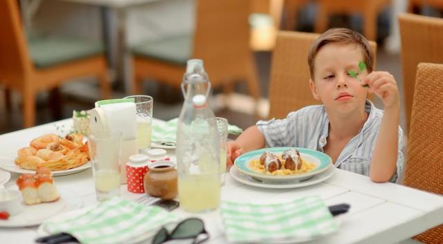 Ребенок отказывается кушать мясо и рыбу: что делать, можно ли чем-то заменить продукты?