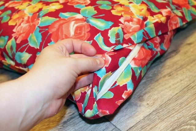 Нужна ли новорожденному ортопедическая подушка в кроватку, с какого возраста ее можно использовать?