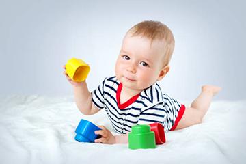 Развивающие игры с детьми в 9 месяцев: список полезных занятий и игрушек для ребенка