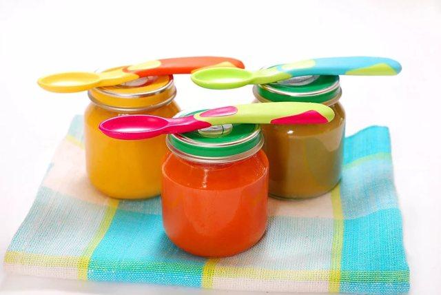 Какие фрукты можно давать ребенку с 6-7 месяцев: схема первого прикорма фруктовыми пюре с рецептами