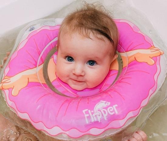 Купание новорожденных с надувным кругом (видео-урок): со скольки месяцев и как купать младенцев с воротником на шее?
