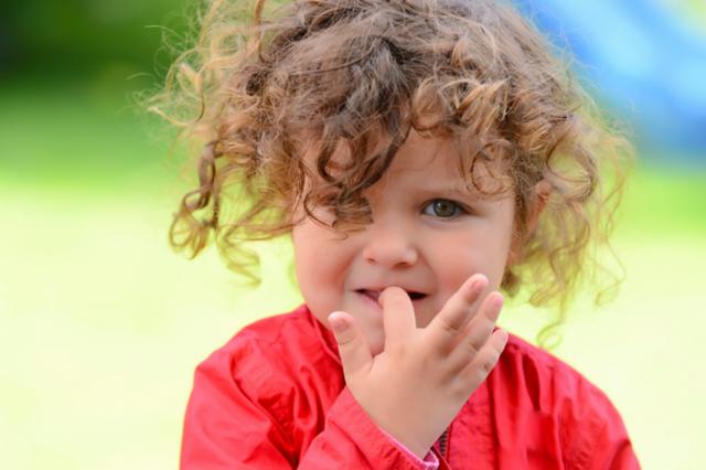 Почему ребенок все время грызет ногти и что с этим делать: причины, средства и советы психолога