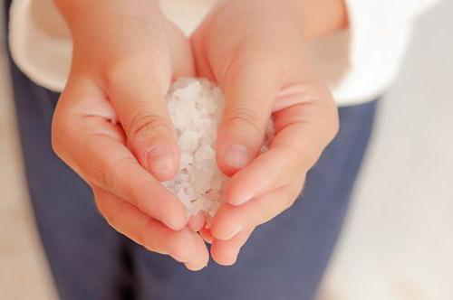Что значит наличие кристаллов солей в моче у ребенка, каковы нормы этого показателя и что делать, если он повышен?