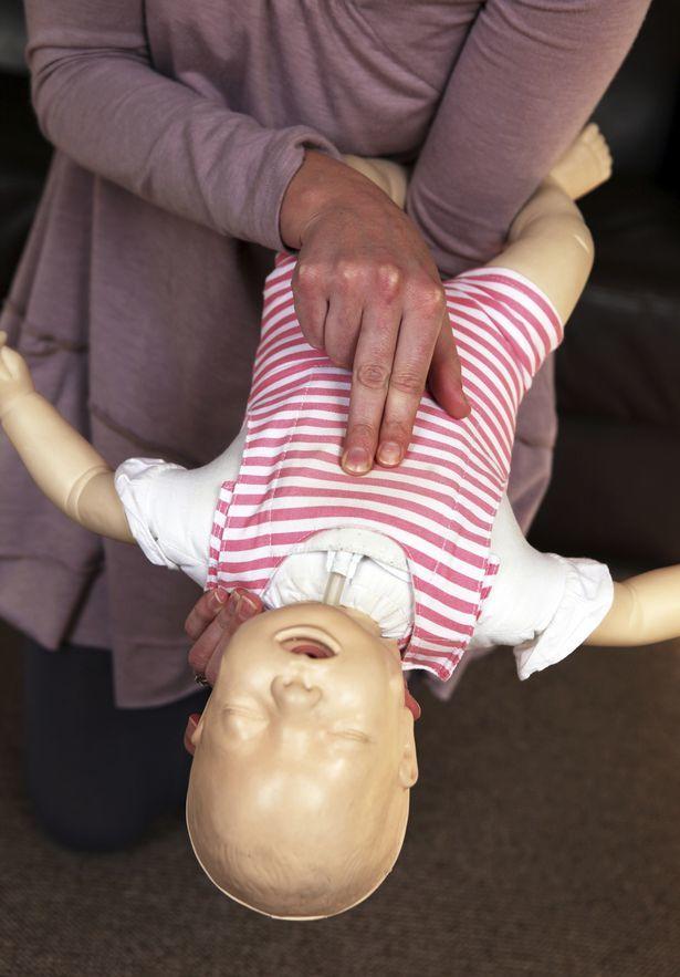 Что делать, когда ребенок подавился грудным молоком или едой: первая помощь детям разного возраста