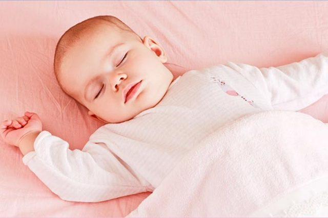 Можно ли новорожденному и месячному ребенку спать на животе, подогнув под себя ножки?