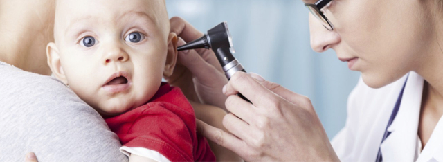 Как понять, что у грудного ребенка до года болит ухо: признаки отита и других заболеваний, особенности лечения