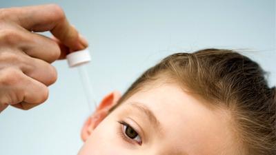 Почему при чистке ушей у ребенка может пойти кровь и что при этом делать?