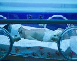 Почему у новорожденных появляется желтушка при грудном вскармливании: причины и последствия, нормы билирубина в таблице