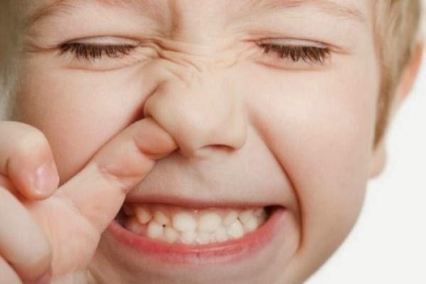 Что делать, если ребенок засунул в нос маленькую бусинку или другой инородный предмет?
