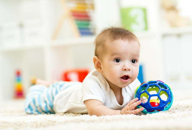 Как развивать ребенка в 5-6 месяцев и чем его занять: развивающие игры с мамой и полезные игрушки