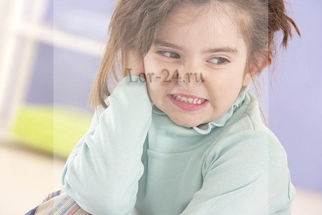 Что делать, если у ребенка заложило одно или оба уха, но оно не болит?