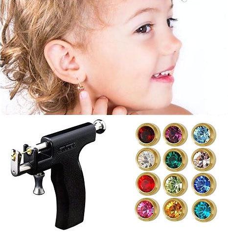 В каком возрасте ребенку лучше проколоть уши пистолетом или
