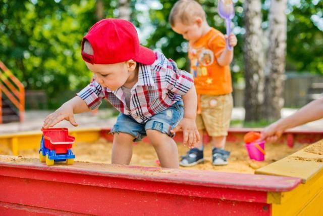 Почему ребенок ест землю и песок, чего не хватает организму и что делать?