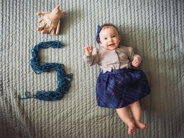 Развитие и питание ребенка в 5,5 месяцев: что должен уметь малыш в этом возрасте?