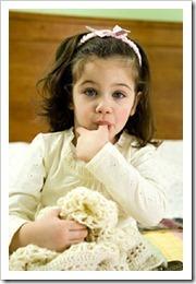 Ребенок все время сосет палец: почему и как отучить малыша в 1-2 года брать все рот - советы психологов и педиатров
