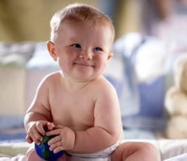 С какого возраста можно сажать ребенка-мальчика: вред раннего и польза своевременного присаживания