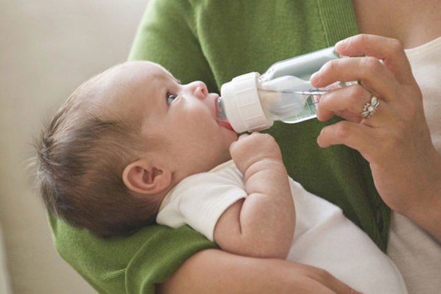 Сколько молока или смеси должен есть ребенок в 2 месяца: особенности кормления при грудном и искусственном вскармливании