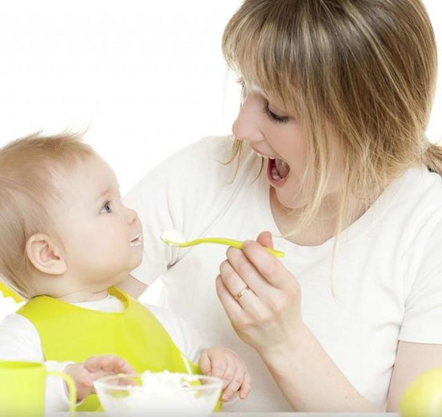 Рацион питания ребенка в 7 месяцев: примерное меню в таблицах для крохи на грудном и искусственном вскармливании