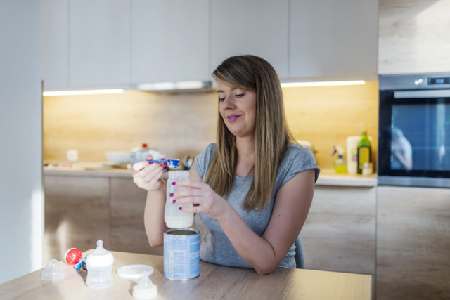 Сколько грудного молока или смеси должен съедать новорожденный за одно кормление: таблица с нормами по месяцам