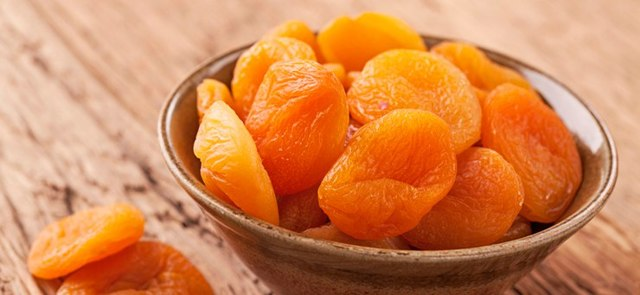 Можно ли кормящей маме курагу и абрикосы в первый месяц грудного вскармливания?