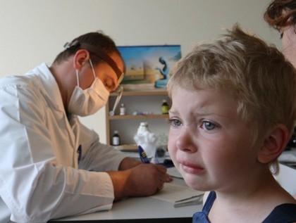 Что делать, если ребенок жалуется на боли в ногах без видимых причин: симптомы и лечение