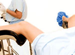 При беременности после осмотра гинеколога появились кровянистые или коричневые выделения: что они означают и что делать?