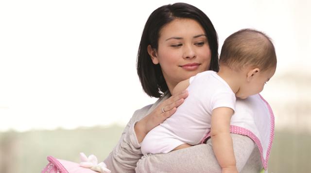 Как правильно держать новорожденных: изучаем позу