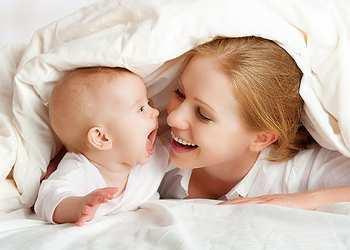 Во сколько месяцев новорожденный ребенок начинает осознанно улыбаться и смеяться?