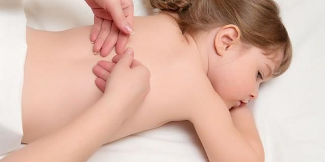 Как выполнять массаж спины при сколиозе (искривлении позвоночника) у детей?