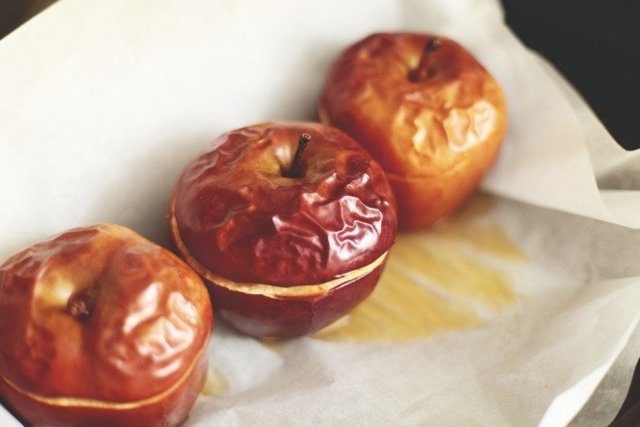Можно ли кормящей маме кушать свежие и печеные яблоки: польза плодов при грудном вскармливании и рецепты блюд