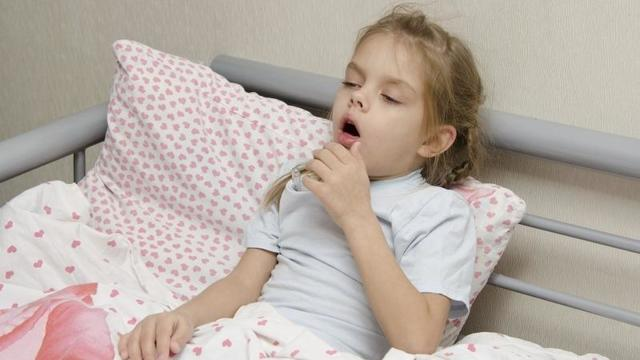 Почему у ребенка бывает кашель по утрам или после сна: возможные причины и лечение