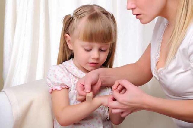 Чем обрабатывать укусы комаров у ребенка, какие народные средства помогут для лечения в домашних условиях?