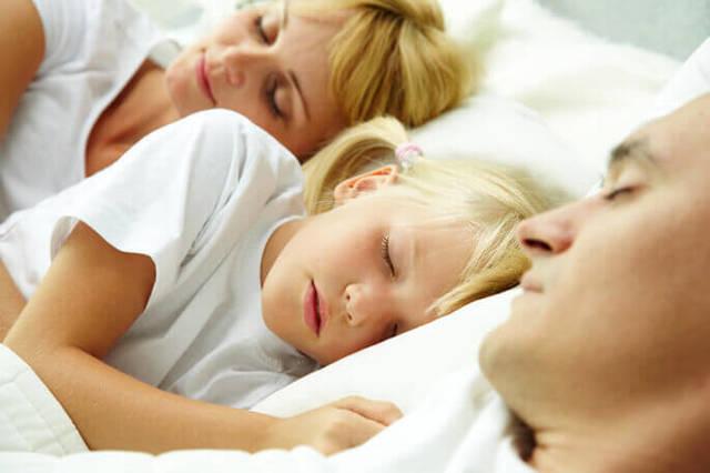 Как отучить ребенка спать вместе с родителями и приучить засыпать без мамы: советы и мнение психолога