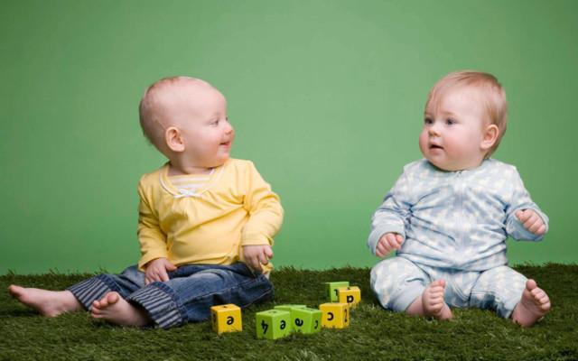Все о развитии ребенка в 10 месяцев: навыки малыша, особенности питания и ухода