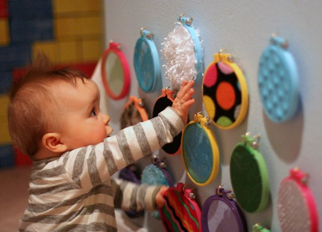 Развивающие игры с ребенком 8-9 месяцев: какие игрушки и занятия нужны малышу?