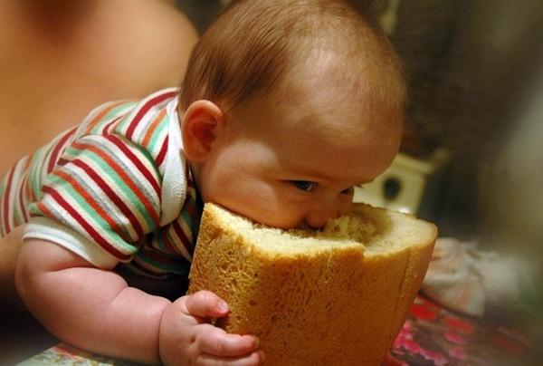 Когда ребенку можно давать хлеб, и какой сорт выбрать: прикорм грудничка до 1 года
