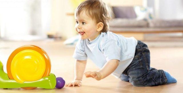 Ребенок в 7-8 месяцев не сидит и не ползает: 6 упражнений, как научить малыша вставать на четвереньки и ползать